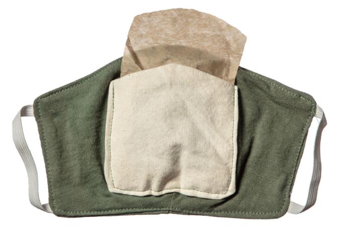 Imagen que muestra un cubrebocas hecho de tela modificado para agregarle un trozo de filtro de café.